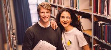 Läxhjälpare & privatlärare Göteborg på ett bibliotek för läxhjälp Göteborg med studiematerial för matte i famnen